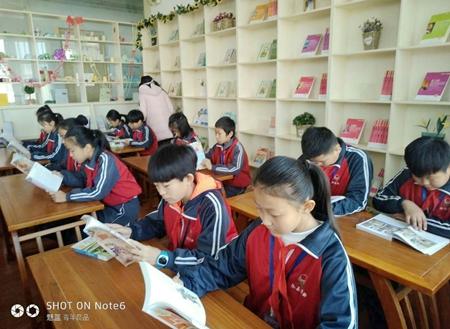 """沧州市新华书店创办无人售书式""""诚信书吧"""" 探索校园阅读新模式"""